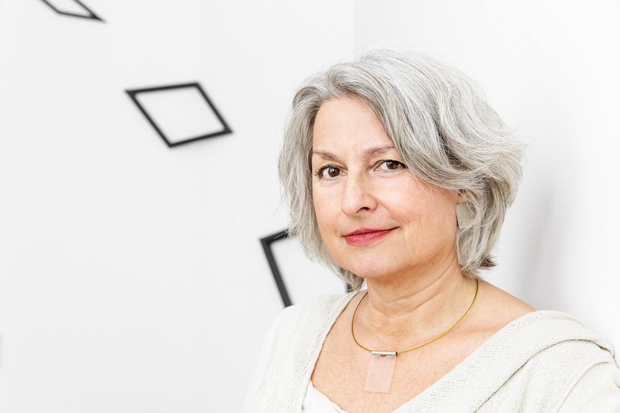 helles weißes Portrait von Carmen Sorgler- Pressefrauen Frankfurt schreiben und texten für PR