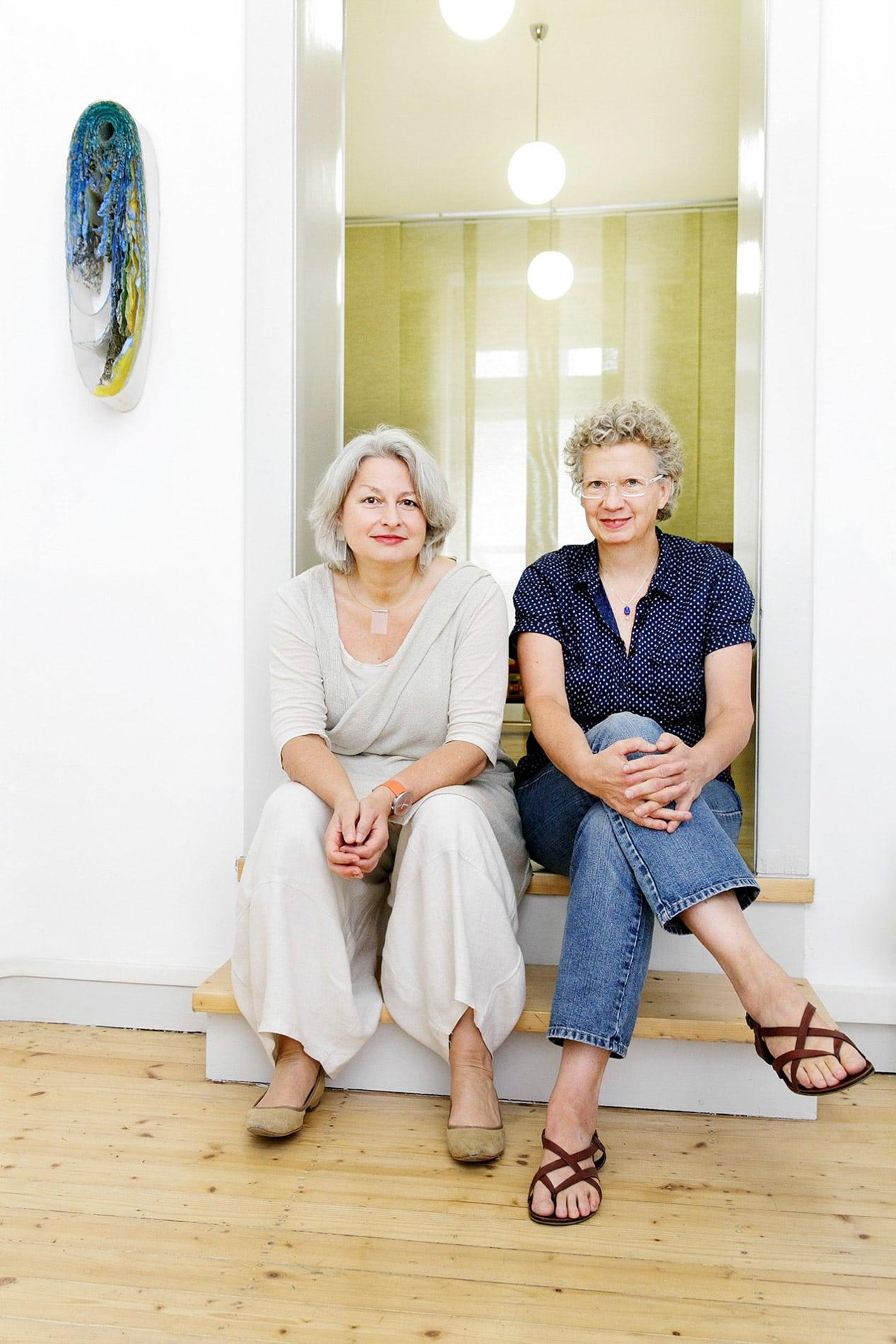 Imageaufnamhe, Portrait, Profil, Gruppenaufnahme, Büro, sitzend auf der Treppe,Pressefrauen in Frankfurt Elisabeth Ehrhorn & Carmen Sorgler
