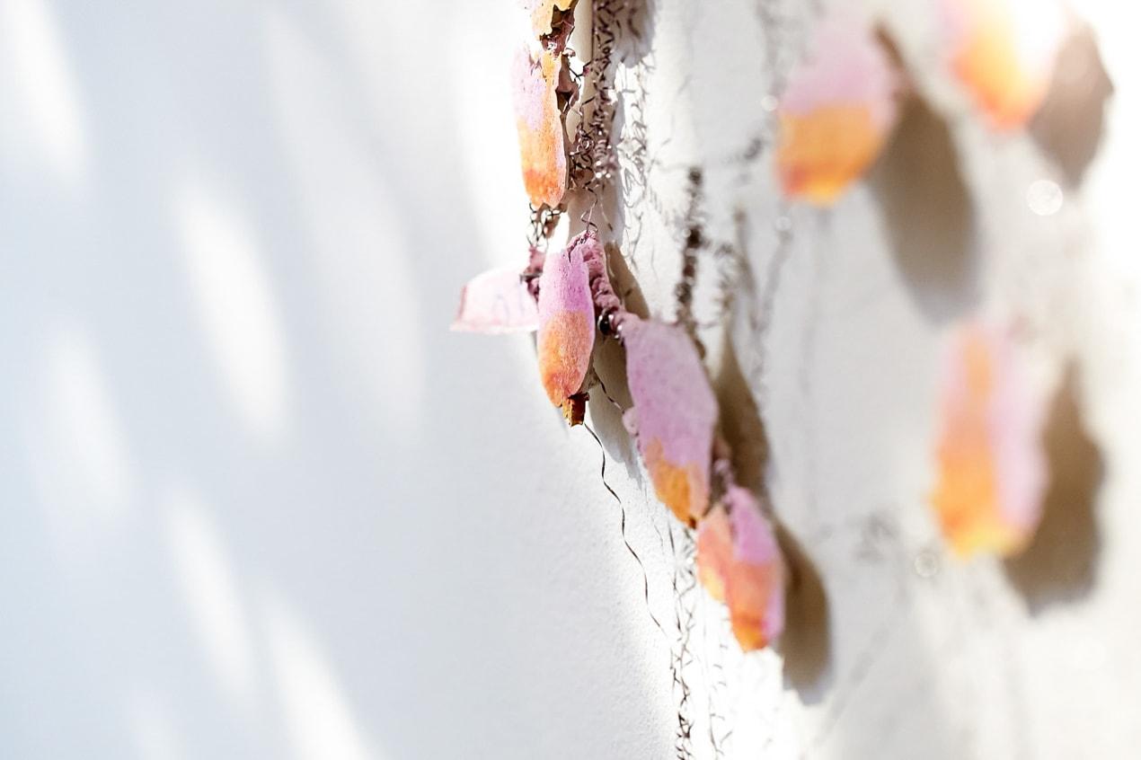 rosé grüne Struktur, Drahtobjekt, abstrakt Kunst Kultur Dekoration, Wand- Pressefrauen Frankfurt schreiben und texten für PR