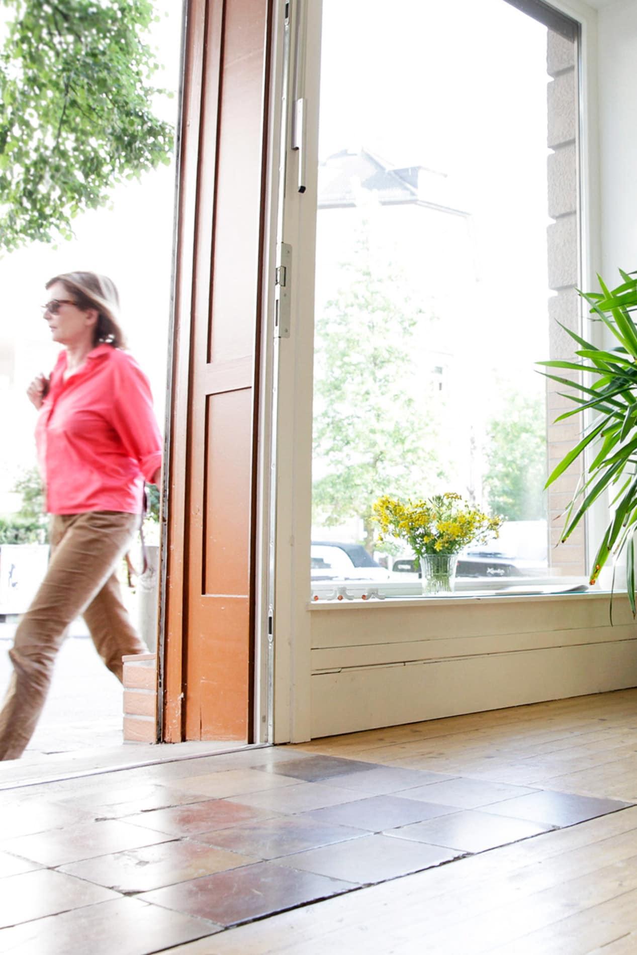 Büroaufnahme mit Blick nach Außen, Tür, Fenster, Licht-Pressefrauen Frankfurt schreiben und texten für PR